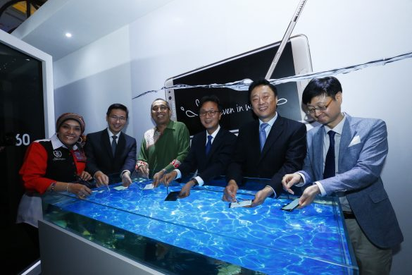 YB Datuk Seri Panglima Dr. Salleh Said Keruak and Samsung management team testing the IP68 dust and water resistance ratings of the Galaxy Note7.