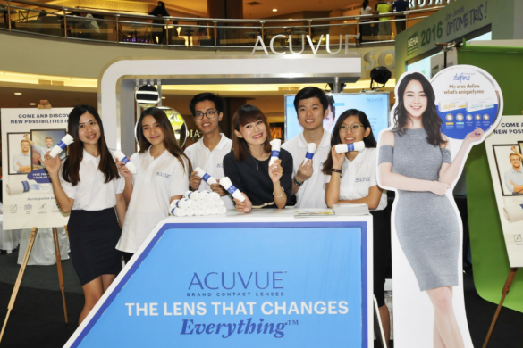 TV host Xiao Yu shares her experience of having freedom of sight at the ACUVUE booth at the National Eye Health Awareness Campaign event, South Court Mid Valley.