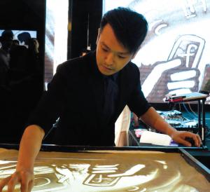 Loong Bee, sand art artist