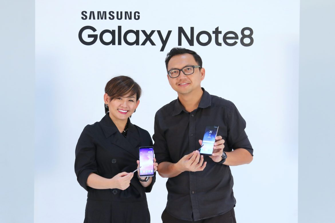 Elaine Soh, Chief Marketing Officer of Samsung Malaysia Electronics and Photographer Michael Yeoh presenting the Galaxy Note8 with dual rear camera and the S Pen.