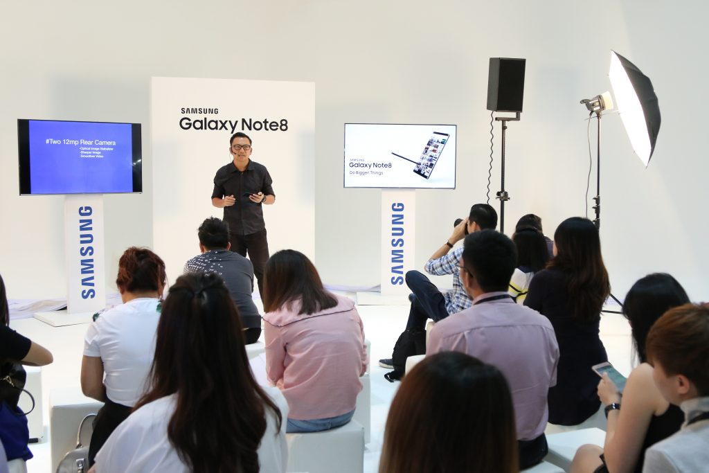 Artistic Photographer, Michael Yeoh conducting a workshop on photography through Samsung's Galaxy Note8