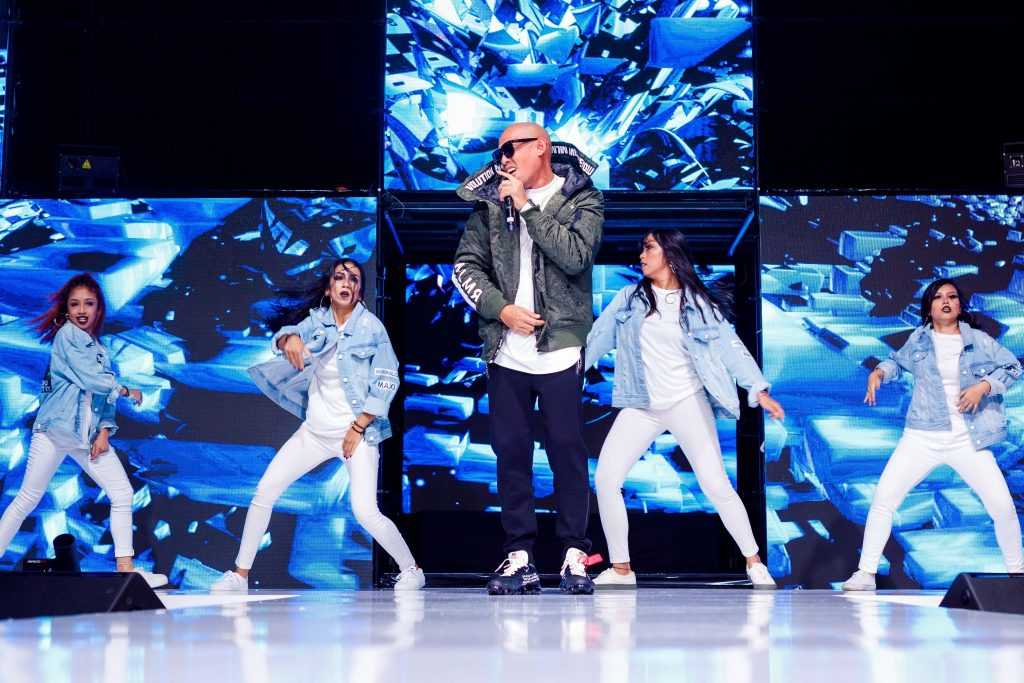 Joe Flizzow performed his brand new single 'Drop' accompanied by his dancers.