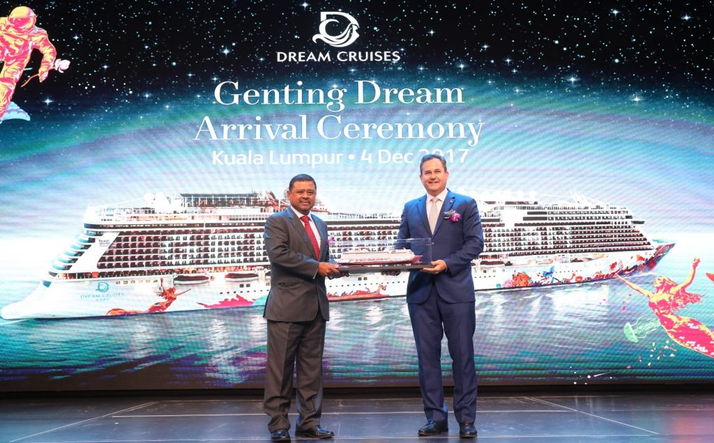 Mr. Manoharan Periasamy, Director of Package Development Division, Tourism Malaysia (left) and Mr. Thatcher Brown, President of Dream Cruises (right) exchanged mementos at Genting Dream's inaugural ceremony in Port Klang, Selangor on 4 December 2017.