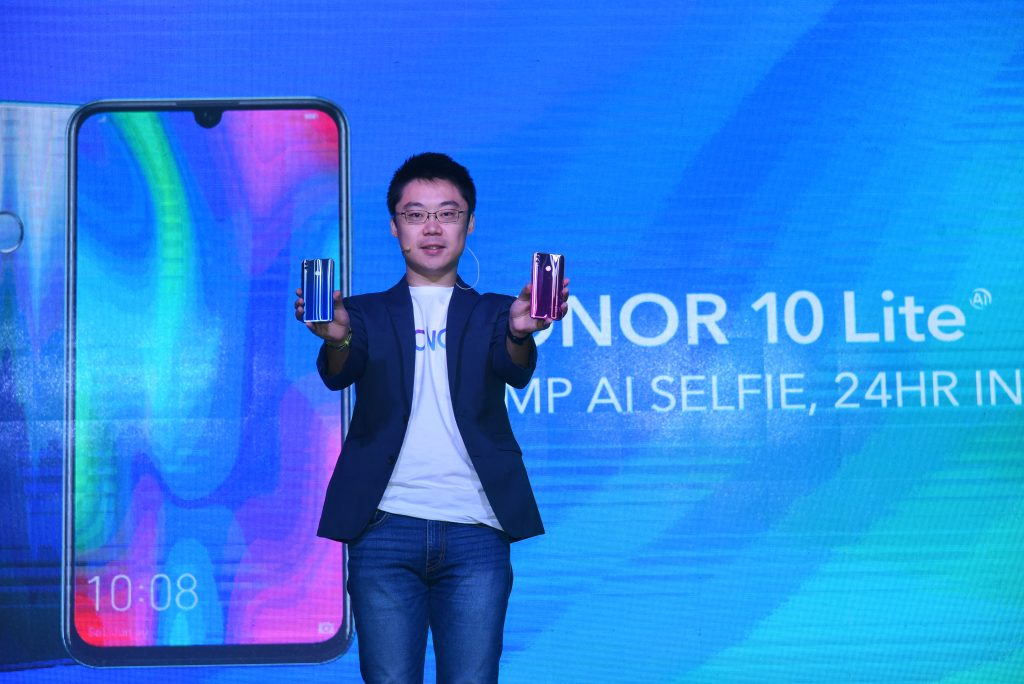 Zhao Zhiwei, Head of HONOR Malaysia showing the new HONOR 10 Lite to the audience