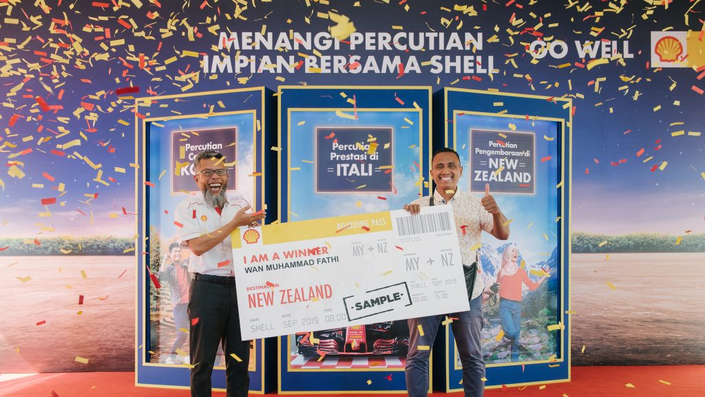 Shairan Huzani Husain, the Managing Director of Shell Malaysia Trading Sdn Bhd and Shell Timur Sdn Bhd celebrated the first winner of the 'Win a Trip with Shell' contest, Wan Muhammad Fathi Bin Wan Nik Kamal.
