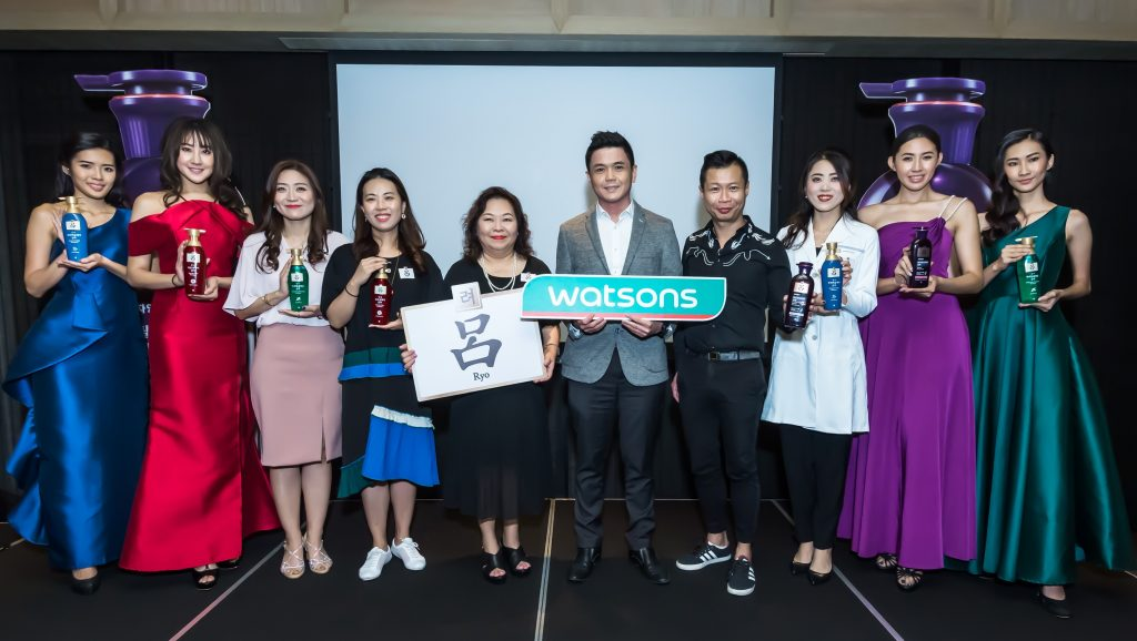 Third from left) Rachel Rho, Ryo Brand Manager of Amorepacific HQ Korea, Jully Park, Senior Vice President for Ryo Division of Amorepacific HQ Korea, Margaret Chin, Country Manager of Amorepacific Malaysia, Thoren Tan, Trading Director of Watsons Malaysia, Danny Hoh, Customer Director of Watsons Malaysia, Wenjuan Qiu, Research & Development Professional of Amorepacific HQ Korea together with models
