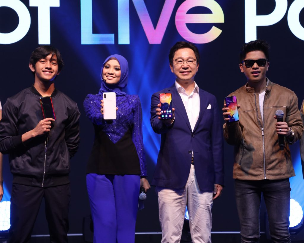 (second from right) Yoonsoo Kim, President of Samsung Malaysia Electronics, together with the A-Squad (L-R) Ismail Izzani, Nabila Razali, and Haqiem Rusli showing the sleek design and stunning display of the new Galaxy A50 and A30.