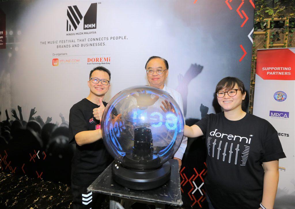 (left to right) Sylvester Fan; Organising Chairman of Minggu Muzik Malaysia 2019, Yang Berhormat Fong Kui Lun; Bukit Bintang Member of Parliament, Lim Ee Huang; Managing Director of DOREMi officially launching Minggu Muzik Malaysia 2019.