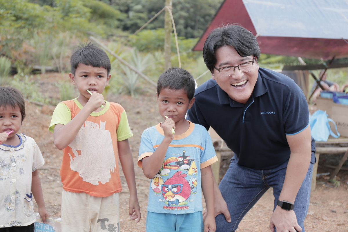 Mr Kyle Choi Ki Ryong, Managing Director of Coway Malaysia with Orang Asli villagers and kids during WASH (Water, Sanitation and Hygiene) training, aimed to promote proper handwashing, teeth-brushing and a healthy diet.