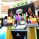 750_8109 Models posing with the new Acer Swift 7 (left), Predator Helios 300 Special Edition (middle) and Acer Switch 7 Black Edition (right)